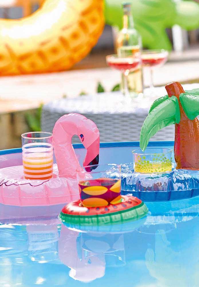 Olha que ideia genial para colocar os copos de bebidas para descansar enquanto os convidados curtem a piscina.