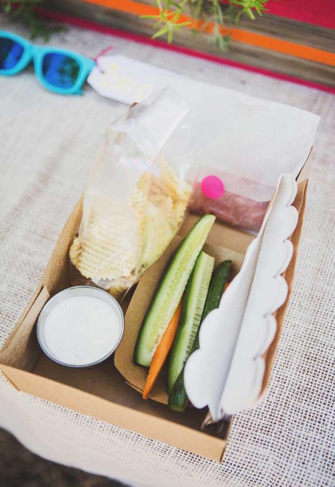 Que tal preparar um box individual com comidinhas e bebidas para cada convidado?