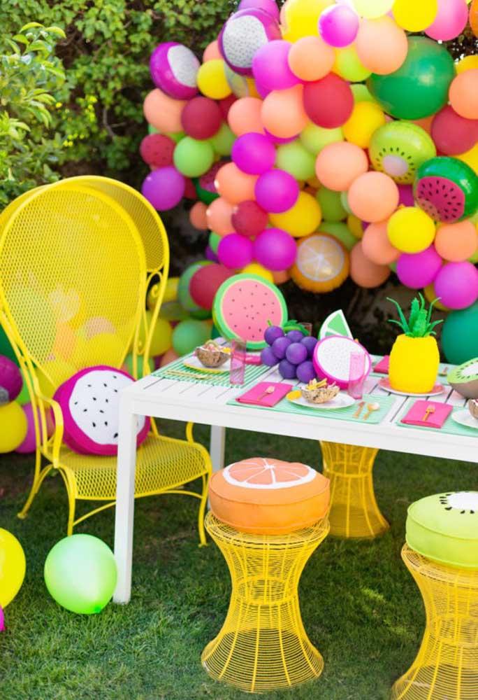 Para fazer uma decoração diferenciada na festa pool party, use balões desconstruídos.