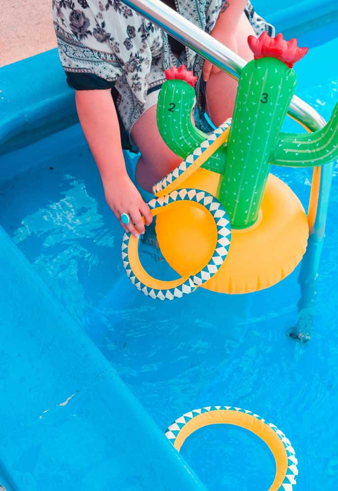 Os brinquedos infláveis é uma ótima opção de brincadeira para a festa na piscina.