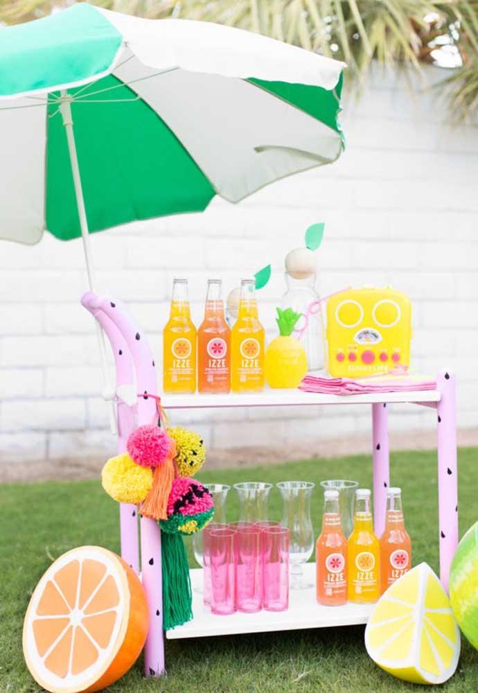 Prepare o cantinho das bebidas para os convidados se servirem à vontade.
