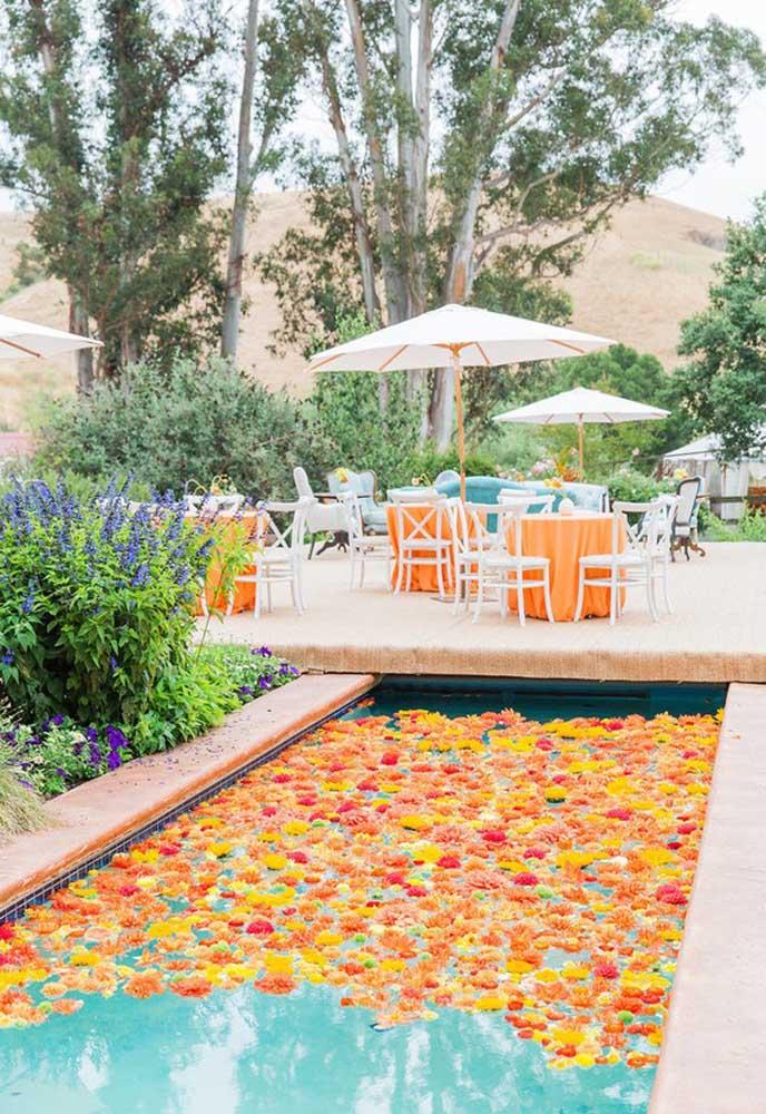 Flores são sempre muito bem-vindas na decoração. Como a festa é pool party, nada melhor do que colocar as flores na própria piscina.