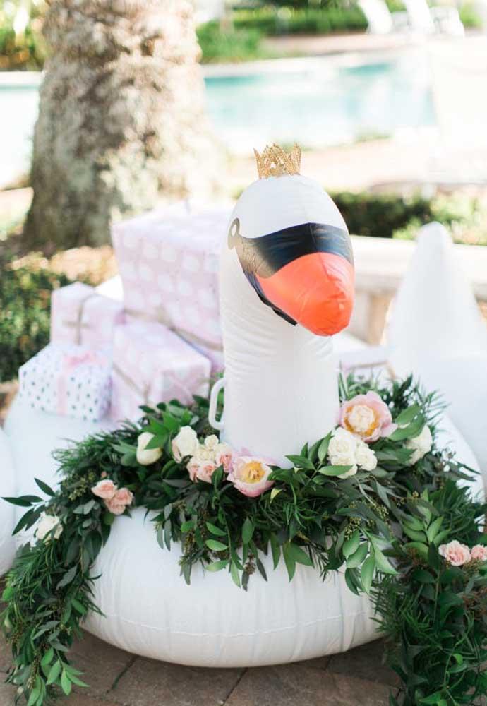 Aproveite as boias no formato de bichinho para colocar os presentes recebidos pelos convidados.