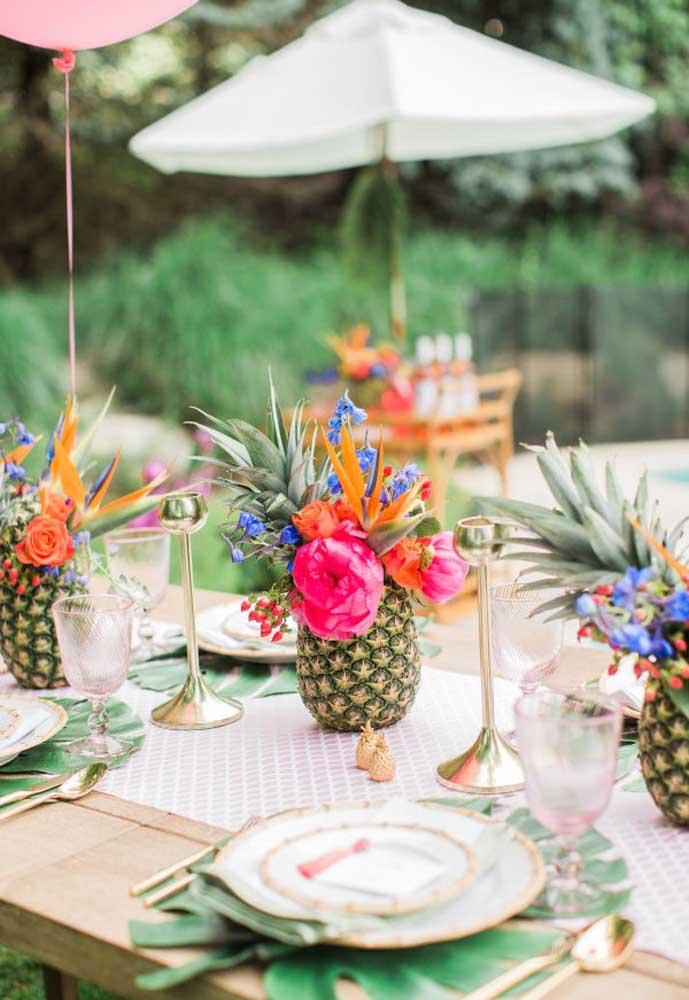 Faça uma decoração usando frutas e flores para deixar a mesa mais bonita.