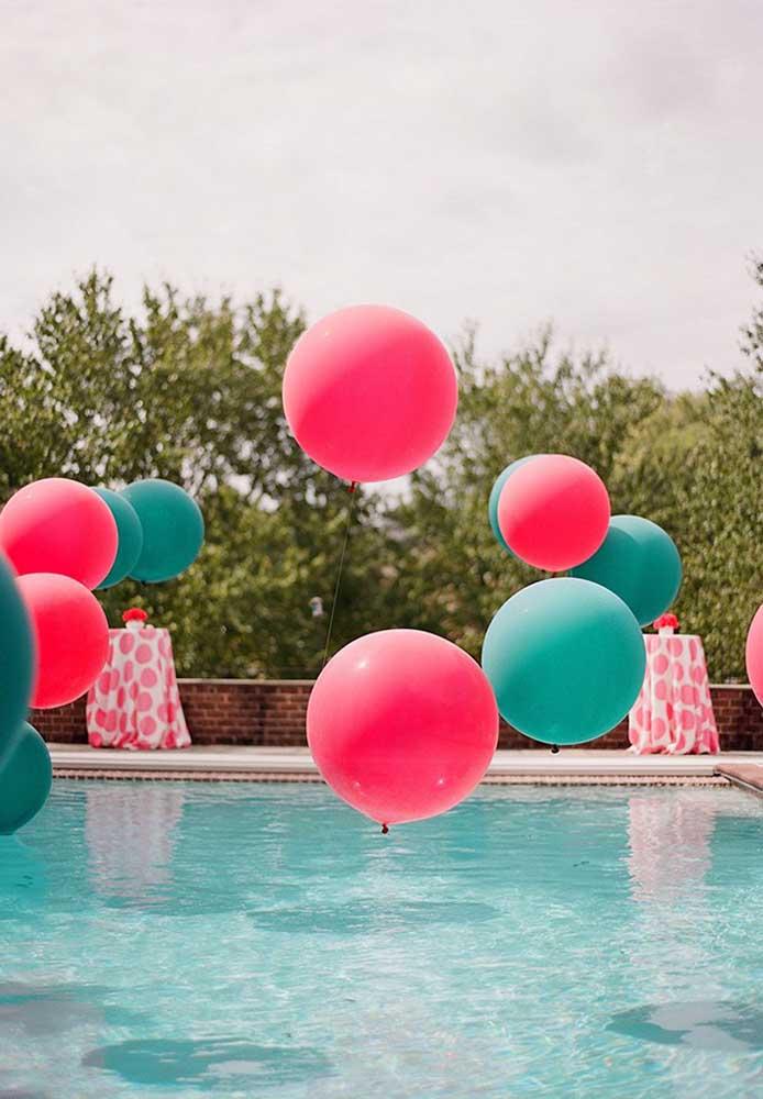 Se não quiser colocar os balões na piscina, você pode usá-lo suspensos por cima da piscina.