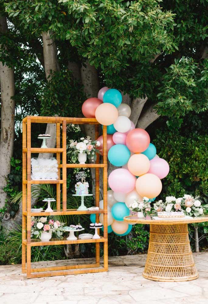 Na festa na piscina dá para fazer uma decoração no estilo mais rústico, usando móveis antigos e feitos de madeira.