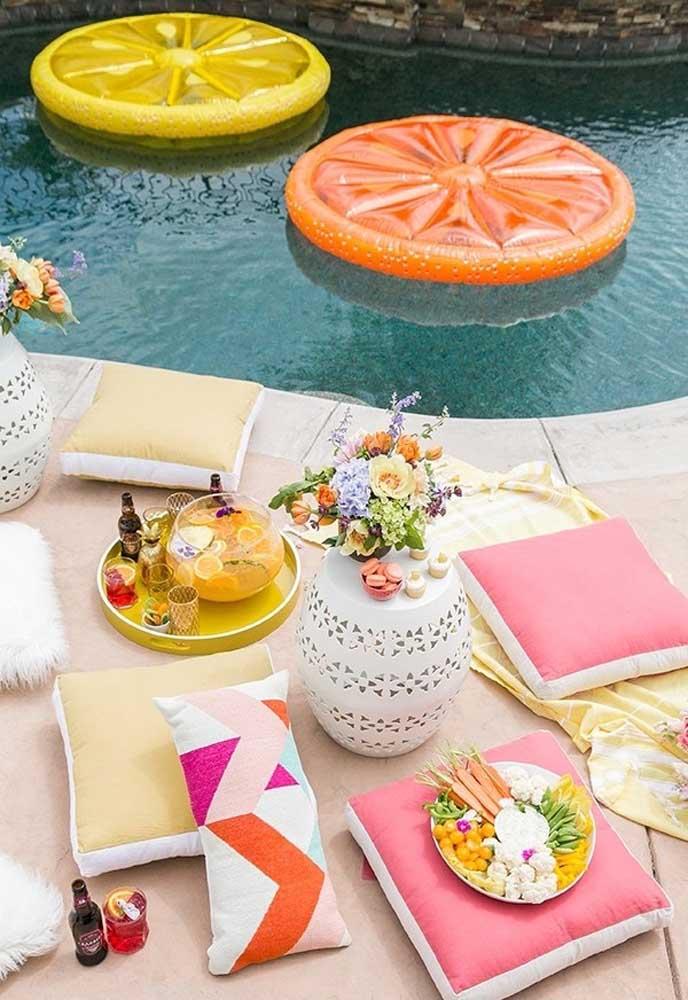 O bacana da festa na piscina é que os convidados podem ficar muito à vontade.