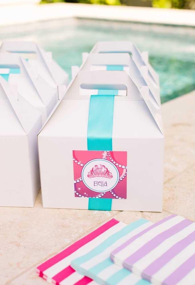 Se a festa na piscina for temática, o ideal é que todos os itens do evento sejam personalizados.