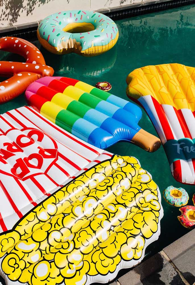 Deixe bóias de diferentes formatos disponíveis para seus convidados da festa na piscina.