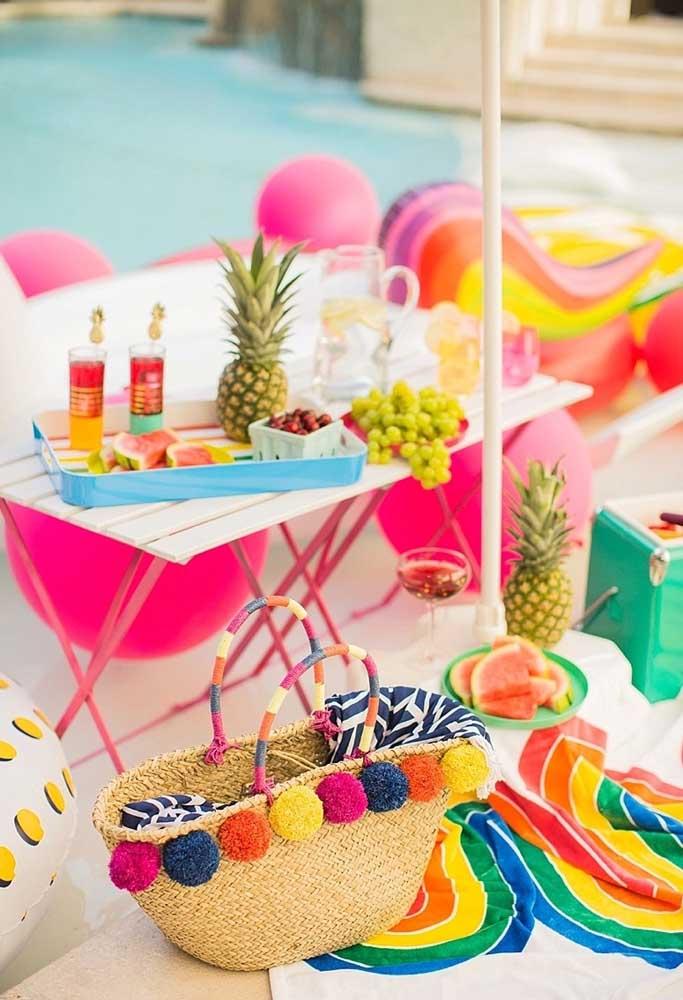 Uma boa opção de decoração para uma festa na piscina é usar frutas tropicais como abacaxi, melancia, entre outras.