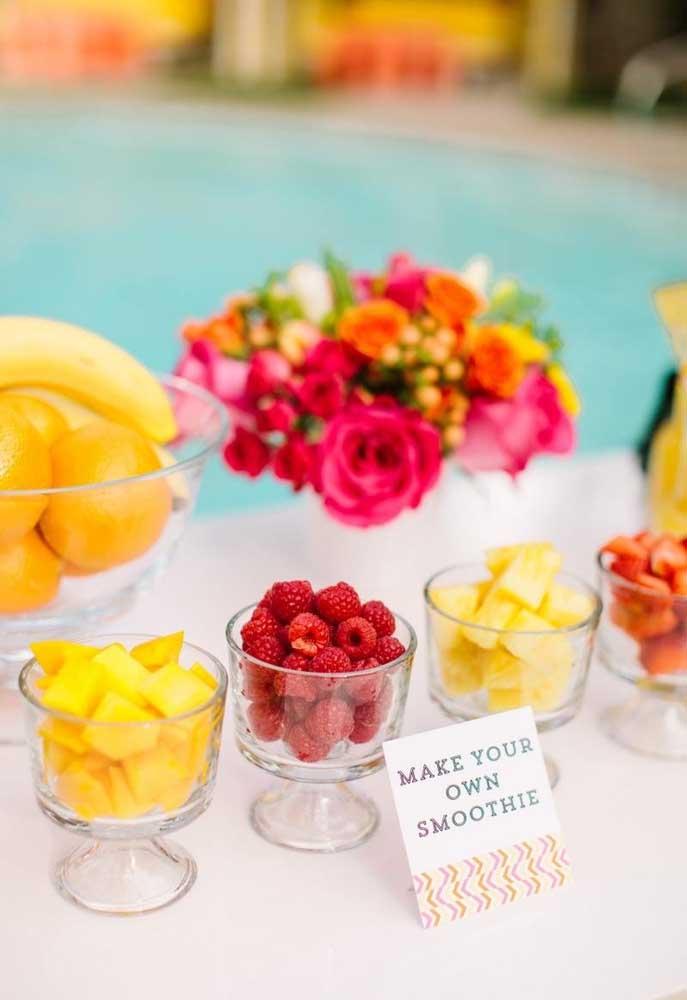 O melhor de uma festa pool party é que os convidados ficam bem à vontade para se servirem.