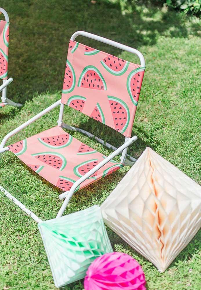 Cadeira com estampa de frutas é perfeita para dar o toque todo especial para a festa na piscina.