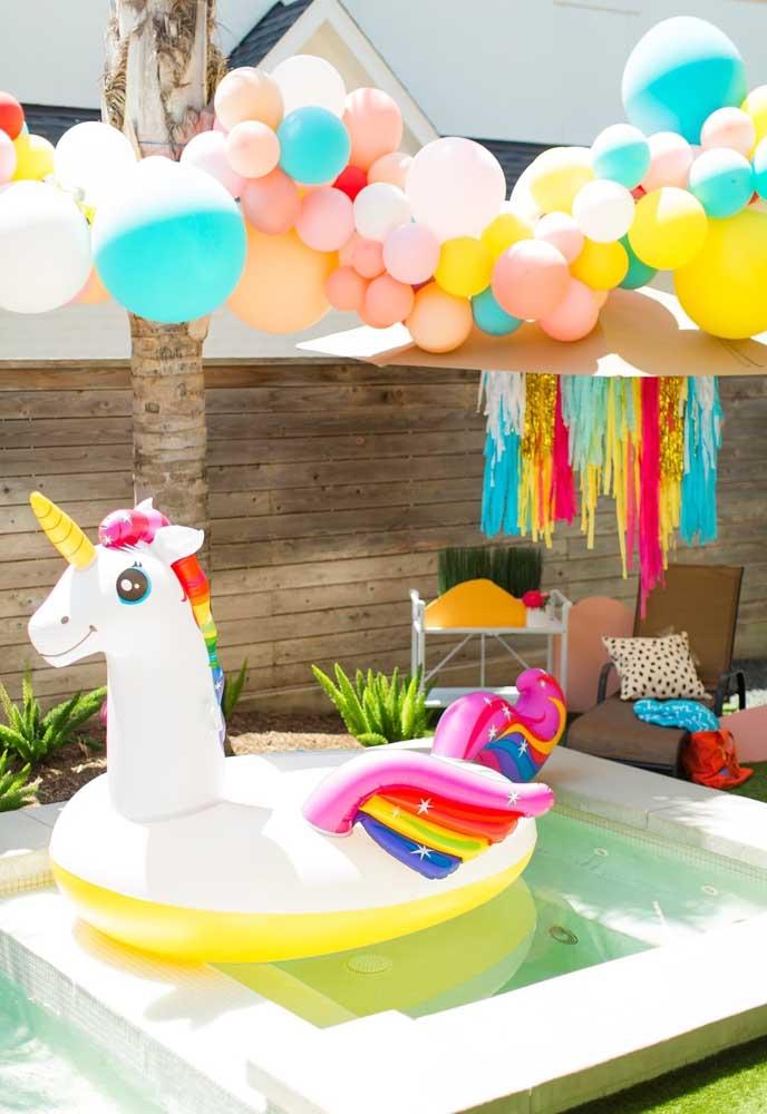 Uma festa na piscina precisa ser colorida, principalmente, com as cores mais quentes da cartela de cores.
