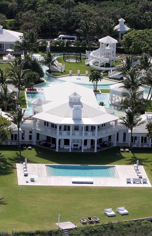 Essa mansão de luxo conta com praticamente um parque aquático completo em seu interior