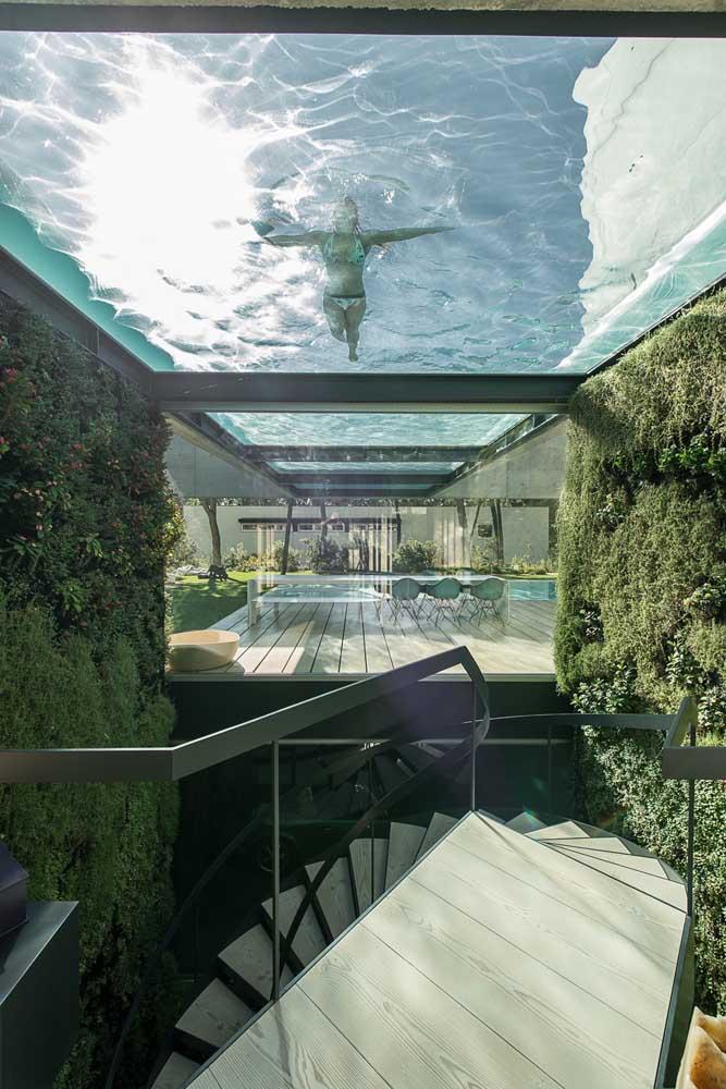 """Extravagâncias e originalidade costumam fazer parte dos projetos de mansões, como essa da imagem, onde a piscina transparente fica """"suspensa"""" sobre o terraço"""