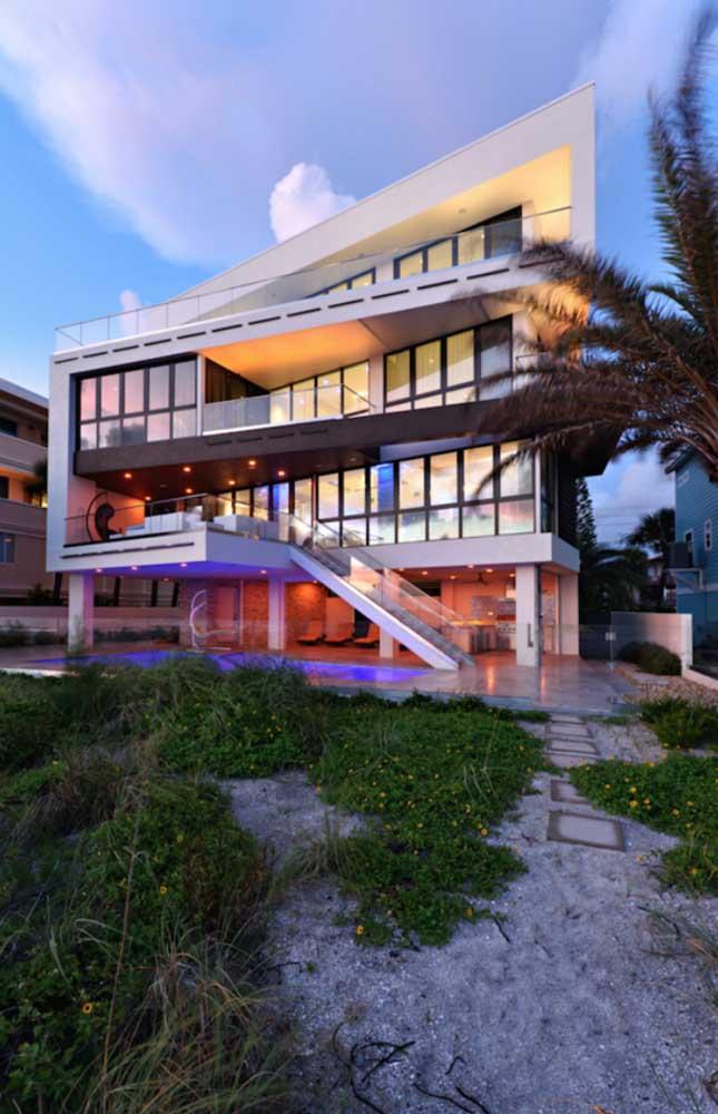 Mansão moderna com arquitetura assimétrica e iluminação descontraída