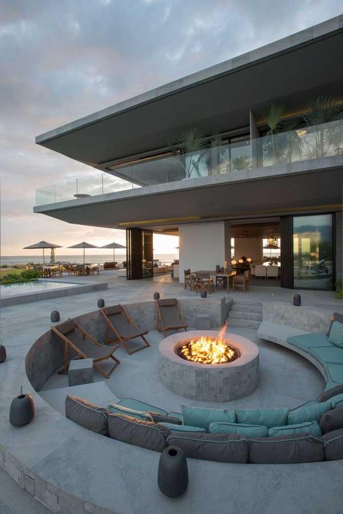 Área social valorizada nessa mansão luxuosa de frente para o mar