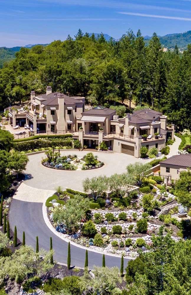 Cercada por natureza, essa enorme mansão impressiona pela beleza de sua construção integrada ao ambiente ao redor