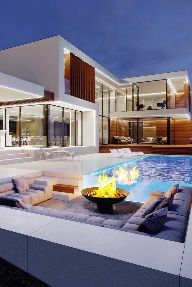 Uma característica marcante das mansões contemporâneas são as grandes aberturas em vidro, trazendo leveza e elegância ao projeto