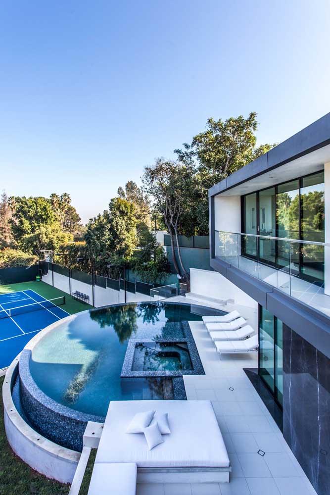 Mansão com piscina e quadra de tênis; perfeita para um morador de perfil esportivo