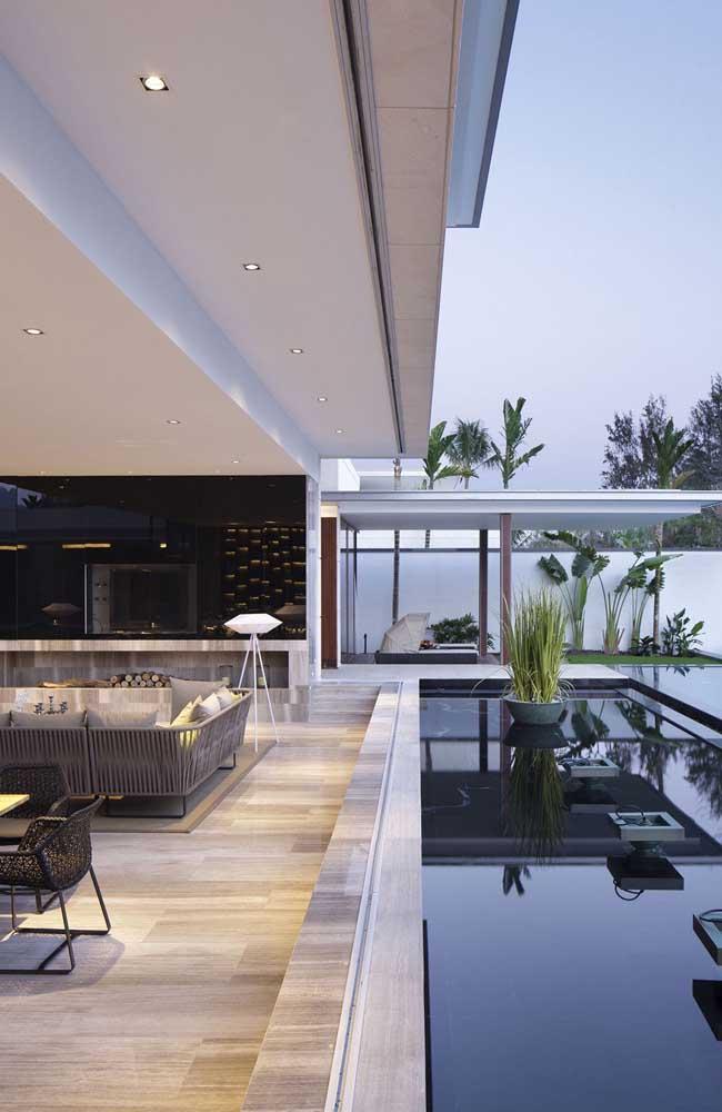 Mansão vista por dentro: repare que a ampla sala de estar foi completamente integrada ao ambiente externo