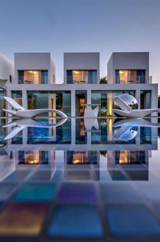 Objetos de design costumam desfilar pelas mansões de luxo, como essas espreguiçadeiras cheias de estilo na beira da piscina