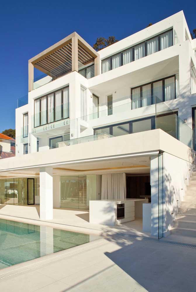 Os tons claros e neutros nas fachadas das mansões realçam a característica nobre e elegante desse tipo de construção