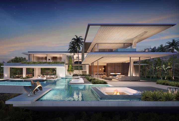Mansão de luxo com paredes de vidro para contemplar a área externa da casa