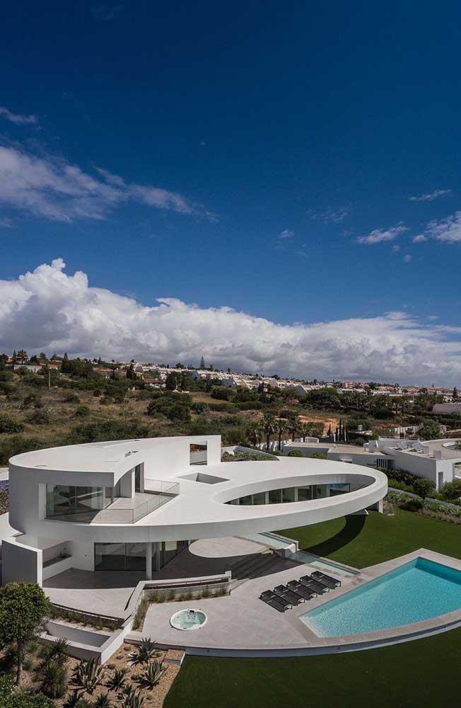 Futurista e super contemporânea, essa mansão impacta pelo seu alto valor arquitetônico