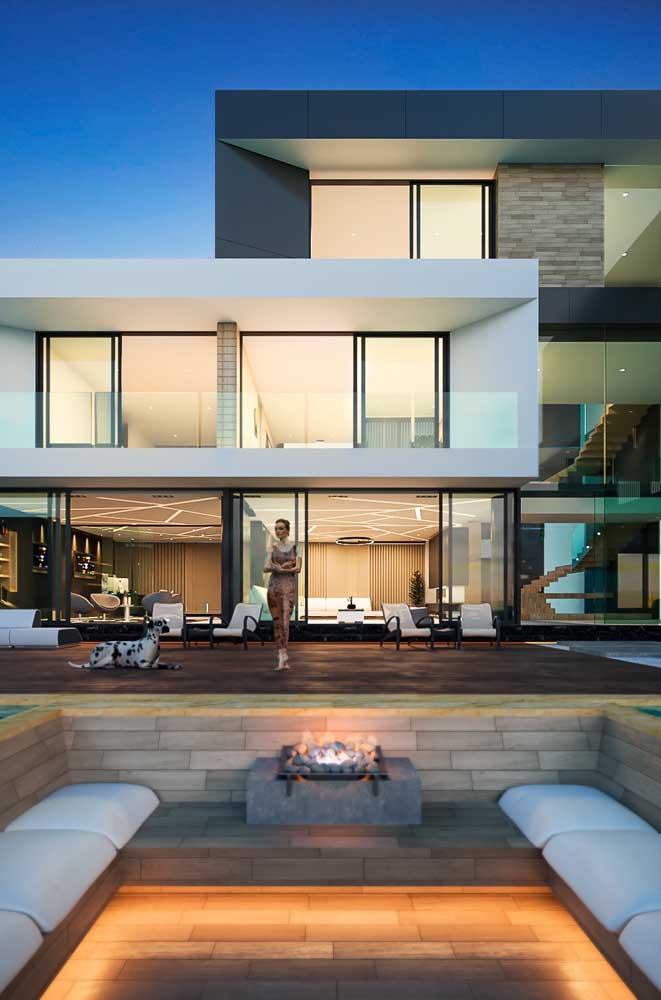 Mansão moderna com arquitetura que valoriza a integração entre os ambientes internos e externos