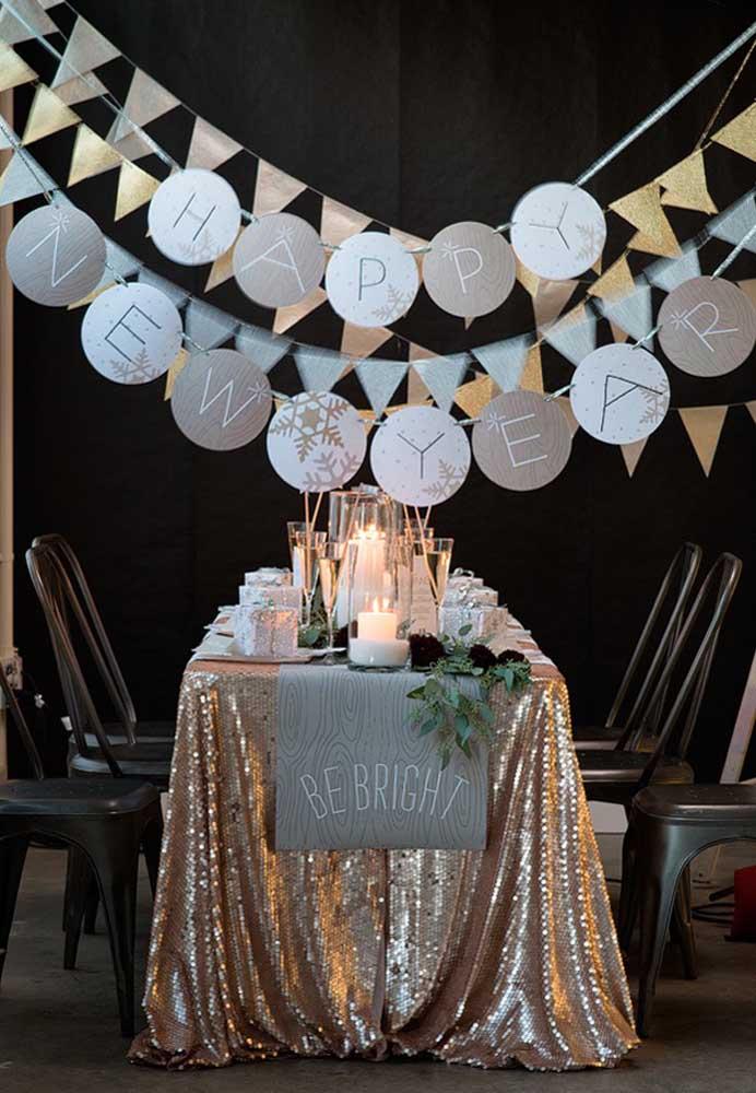 Decoração da mesa da ceia de ano novo com muito brilho para celebrar o ano que está chegando.