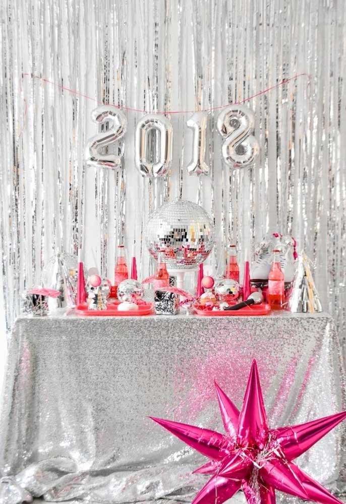 Se não quiser usar a cor branca para decorar a ceia de ano novo, você pode apostar nos itens de prata.