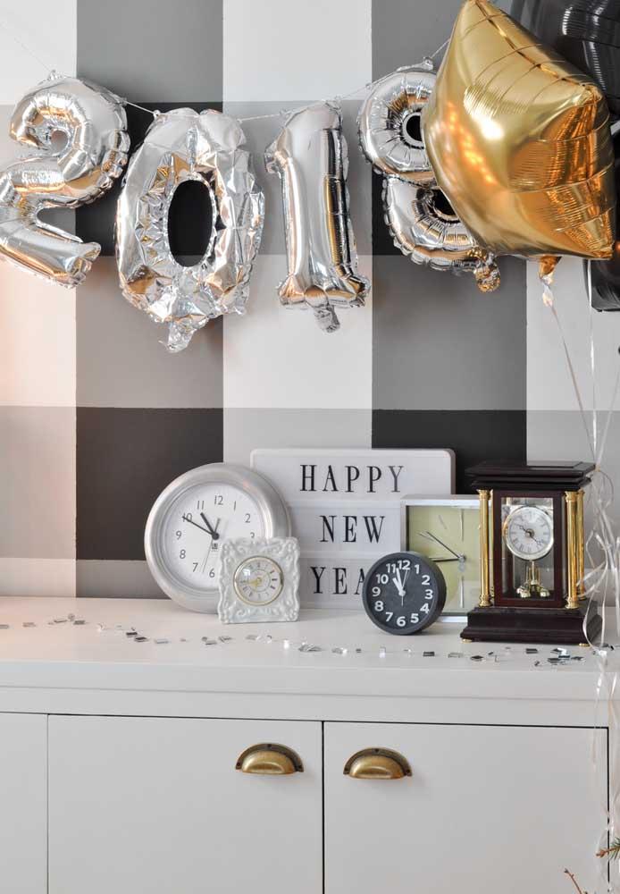Para decorar o ambiente, você pode usar balões metalizados.