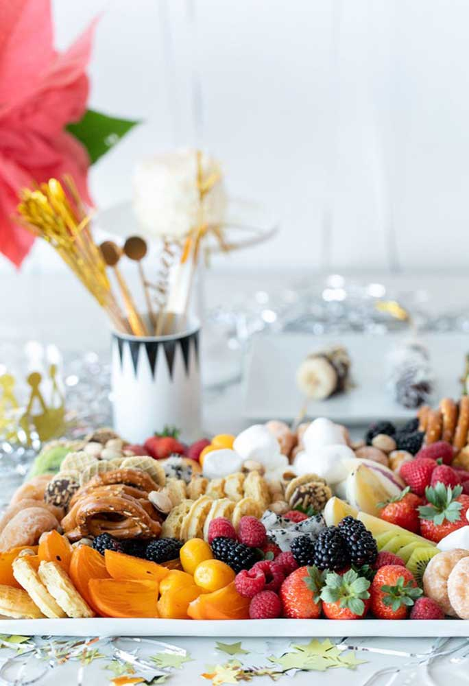 Olha que bandeja farta de frutas e guloseimas para servir na ceia de ano novo.