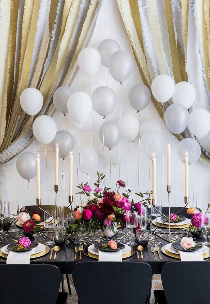 Arranjos de flores, velas e balões dão o toque especial para a ceia de ano novo.