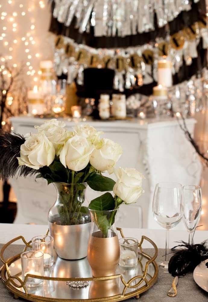 Uma boa opção de decoração da mesa da ceia de ano novo é colocar algumas rosas dentro de jarros transparentes.