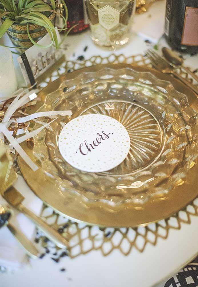 Você pode usar os móveis brancos e deixar a cor dourada para os elementos decorativos da festa.
