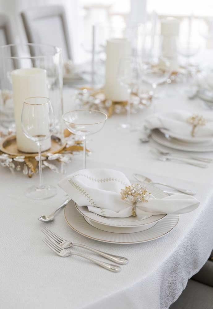 Escolha itens brancos e complemente com o dourado na decoração da ceia de ano novo.
