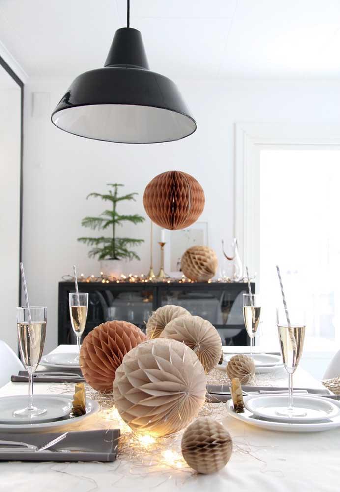 Se a intenção é fazer uma ceia de ano novo simples, basta usar poucos elementos decorativos.