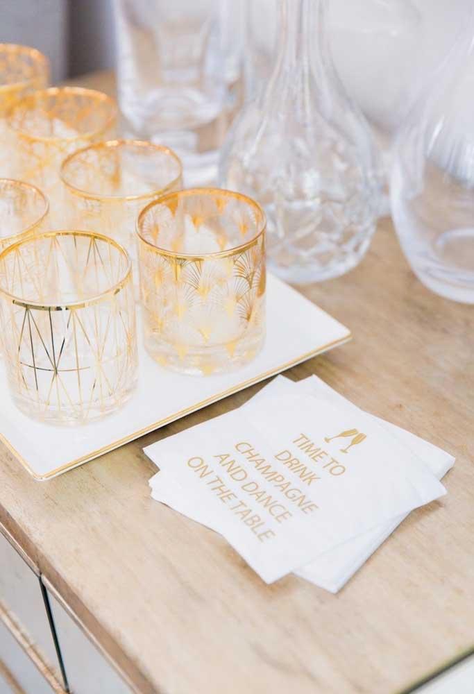 Capriche na escolha dos copos onde serão servidos a champagne da festa.