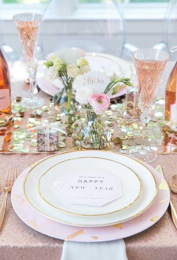 Já pensou em decorar a mesa da ceia de ano novo com várias moedas?