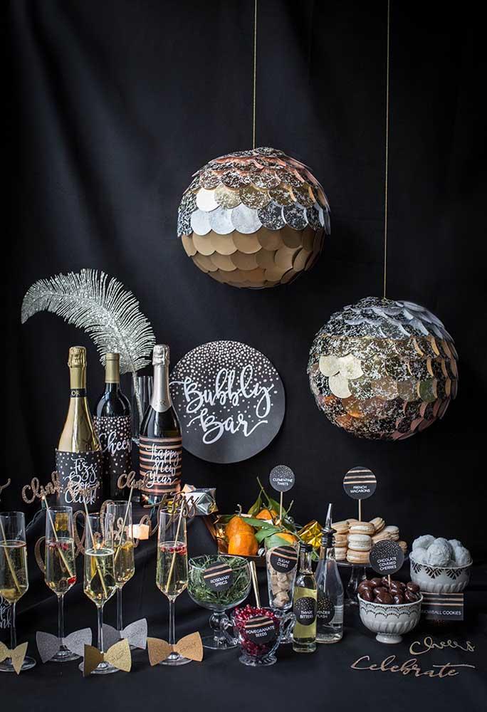Olha como o brilho usado nessa decoração de ano novo fica perfeito com o fundo preto.
