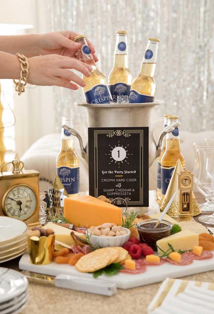 Prepare um cantinho com bebidas e petiscos para seus convidados se servirem à vontade.