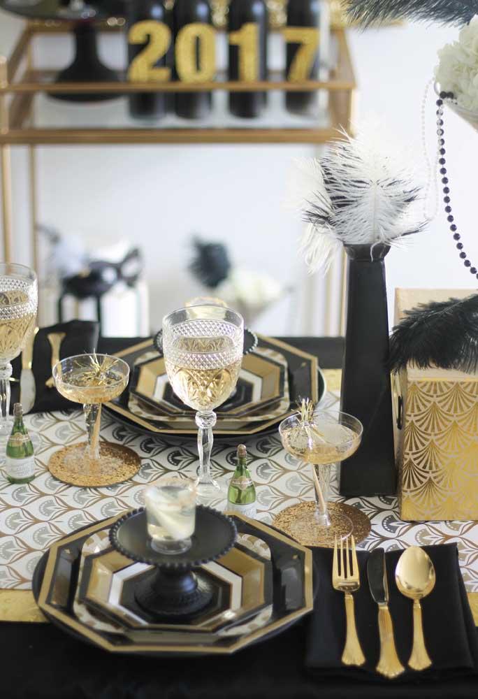 O que acha de escolher as cores preta, branco e dourado para fazer a decoração de ano novo?