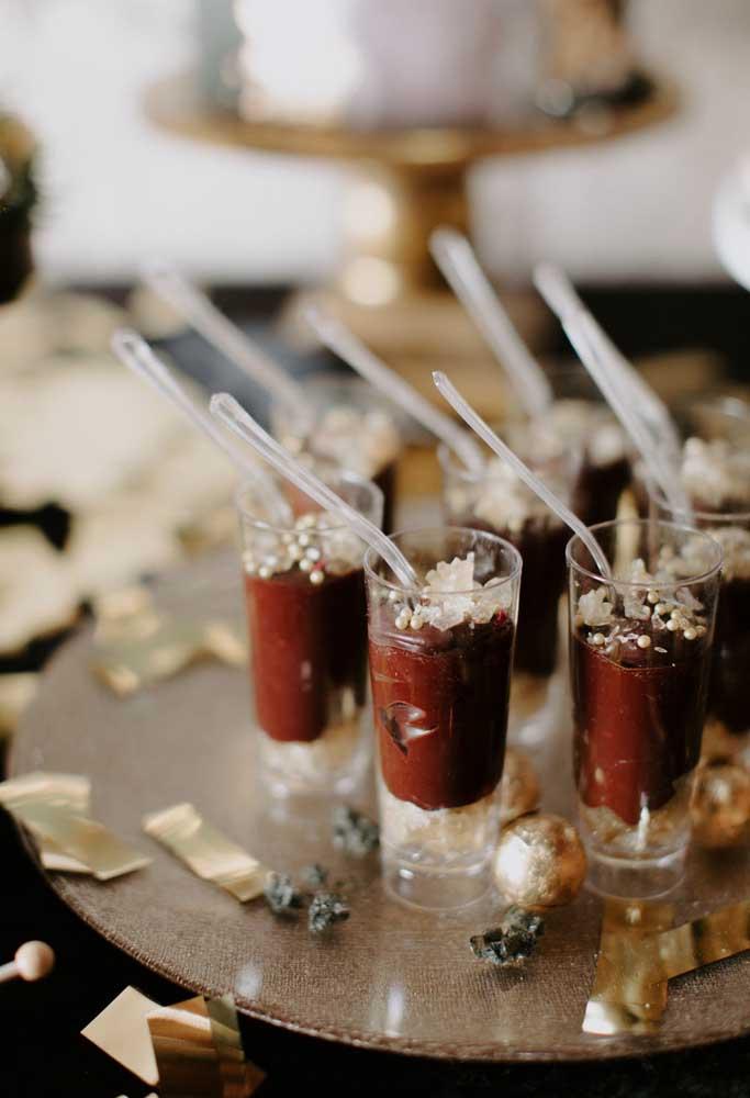 Você pode servir as sobremesas em pequenas taças.
