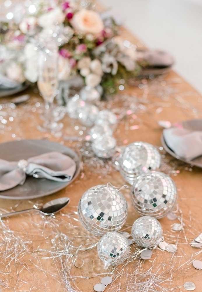 Aposte em muito brilho para fazer a decoração da mesa da ceia de ano novo.