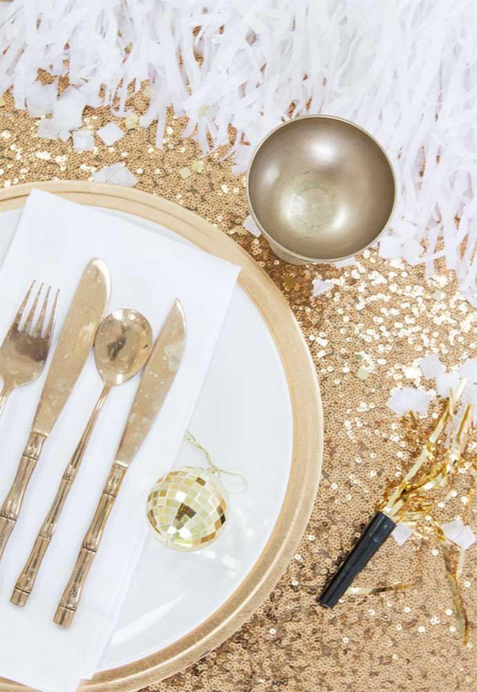 Além de selecionar os itens decorativos na cor dourada.