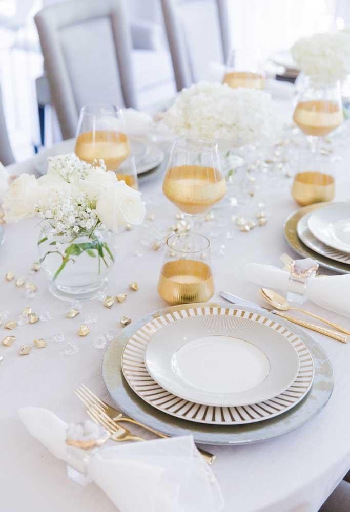 Quer ter uma mesa elegante para a ceia de ano novo? Aposte em itens decorativos nas cores branco e dourado.