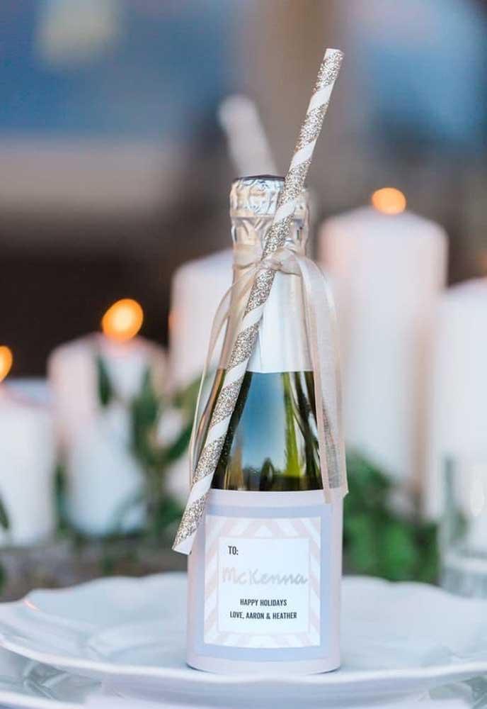 Que tal servir uma garrafinha de champagne para cada convidado brindar na hora dos fogos?