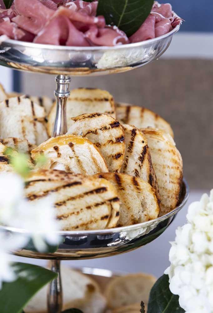Deixe seus convidados bem à vontade para se servirem na mesa de ano novo.